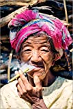 Poster 60 x 90 cm: Portrait der Alten Frau Zigarre Rauchen, Myanmar, Asien von Matteo Colombo - Hochwertiger Kunstdruck, Neues Kunstposter