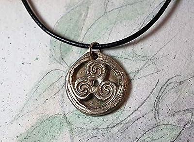 Pendentif unisexe, bijou celtique/druidique/viking/wicca/breton, triskel celte, fait main en bronze couleur or ou couleur argent, ou en cuivre sur lien de cuir noir, pour homme & femme