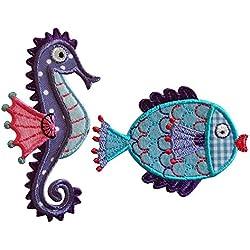 6X10Cm Cavalluccio Marino 8X6Cm Pesce Cavalluccio marino colore viola in tessuto con bollini bianche, applicazione in tessuto, celeste e pinna rosa ricamata. Pesce palla su tessuto celeste per il fondo con applicazione di tessuto a quadri azzurro e bianco, colori predominanti viola, azzurro e rosso.