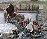 Bronzeskulptur von 3 Tauben auf einem Baumstamm
