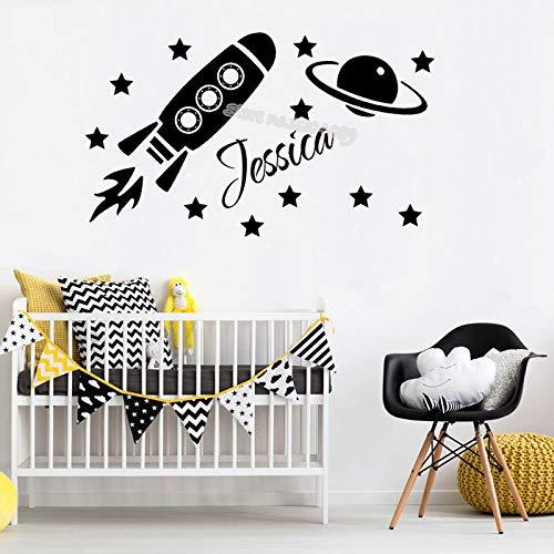 Rakete Sterne Erde Raum Thema Wandaufkleber personalisierte benutzerdefinierten Namen junge Baby Zimmer Aufkleber Haus Dekor Kinder Kinderzimmer E 56 x 33 cm