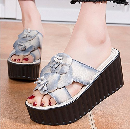 pengweiPantofole e sandali della signora di estate con la torta di pino 3