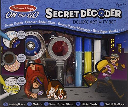 Este kit Deluxe incluye tres libros para tres diferentes tecnologías de espionaje: anillo decodificador, gafas de espía para revelar pistas, bolígrafos para mensajes secretos.