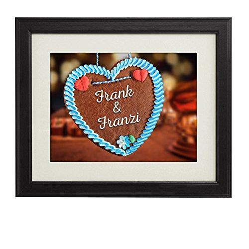 Namen im Lebkuchenherz - Personalisiertes Bild mit [Namen] und [Datum] - Kunstdruck im Bilderrahmen - Geschenke für Paare - Valentinsgeschenke für Freund oder Freundin - groß: 29 x 39 cm