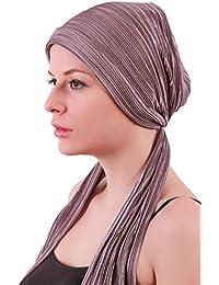 Plisee mit Kopfbedeckungen mit langen Schwänzen