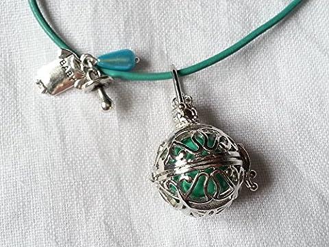Sautoir en cuir vert, BOLA de grossesse, Clochette des Anges, cage ronde métal argenté avec des arabesques et bille sonore verte