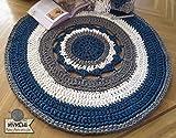Alfombra redonda mandala hecha a mano en trapillo grueso azul, gris y blanca de 105 cm. en crochet. Pieza única. Lista para envío.