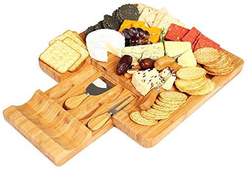 Kenley Bambus Käsebrett und Messer-Set–mit 4Messer Schneide Werkzeuge in Utensilien Schublade & 4Etiketten Schiefer, groß Holz Käse und Cracker-Platte Schneiden Servierplatte Tablett–Entertaining Geschenk-Set