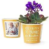 Facepot 70.Geburtstag Geschenk - Blumentopf (ø16cm) | Geburtstagsgeschenk für Frau oder Mann mit Bilderrahmen für Zwei Fotos (10x15cm) | Die ersten 70 Jahre Kindheit sind Immer die härtesten!