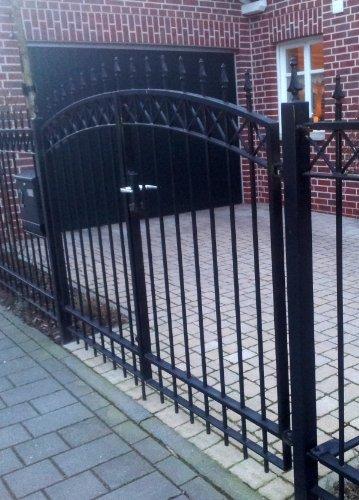 Hochwertiges Bogentor Gartentor / Schwarz beschichtet / Tor-Einbau-Breite: 250 cm / Tor-Einbau-Höhe: 160 cm / Inklusive 2 Pfosten (60mm x 60mm) / Einfahrtstor Mattentor