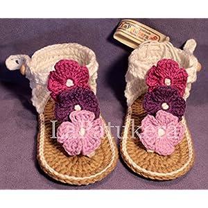 Sandale Hawaii Modell TriBlume. Babyschuhe häkeln. Farbe weiß und lilaFarbverlauf, aus 100% Baumwolle, 4 Größen 0-12 Monate. handgefertigt in Spanien. Turnschuh gehäkelt gestrickt.