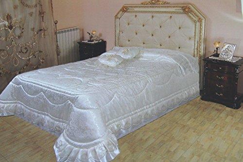 Letto matrimoniale con piumino pelliccia u foto stock
