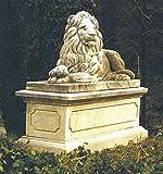 Löwe liegend rechts, stone lion, Gartenfigur, Steinfigur, Steintier Farbe hellgrau