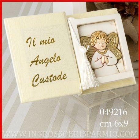 Libricino in cartoncino rigido con scritta su copertina interna color oro