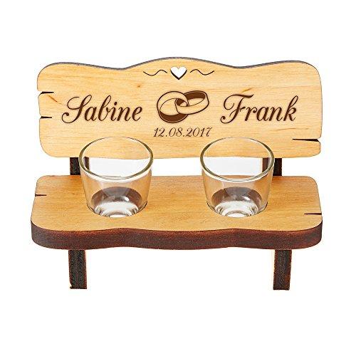Casa Vivente Schnapsbank mit Gravur - Mit Zwei Schnapsgläsern - Personalisiert mit Wunschnamen und Datum - Motiv Ringe - Kleine Bank aus Erlenholz - Hochzeitsgeschenk