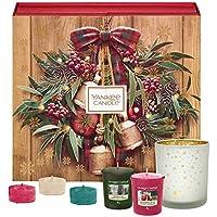 Coffret cadeau YankeeCandle en forme de calendrier de l'Avent et comportant 12 bougies votives parfumées, 12 bougies chauffe-plat parfumées et 1 photophore en verre, emballage festif avec couronne