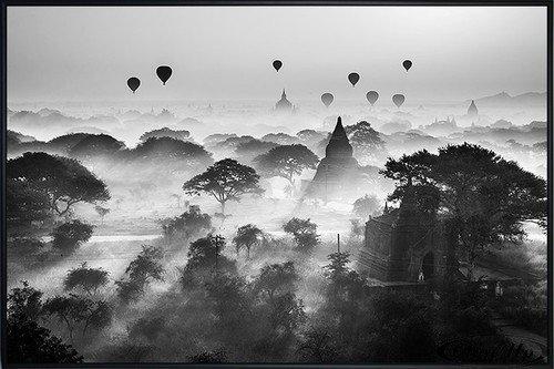 Close Up Balloons Over Bagan Poster (62x93 cm) gerahmt in: Rahmen schwarz
