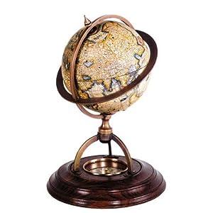 Bola de mundo de cartografía antigua con brújula en la base.