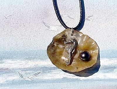 Pendentif trésor de plage, petit hippocampe fait main en bronze couleur argent, cabochon de perle d'eau douce grise sur une anomia de nacre mordorée, lacet de cuir