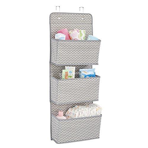mDesign Estanteria colgante para organizar armarios - Percha para colgar ropa de bebe, peluches y toallas - Organizador de ropa para colgar - 3 bolsillos para mantas, pañales, toallas - gris/crema