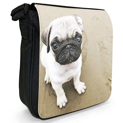 Carlino Pugs Love Little Cani Piccola Borsa a tracolla tela nera, misura piccola Pug Puppy On Sandy Beach