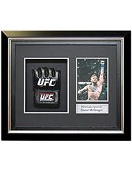 Conor McGregor firmó el guante de UFC en el marco negro de lujo con incrustaciones de plata