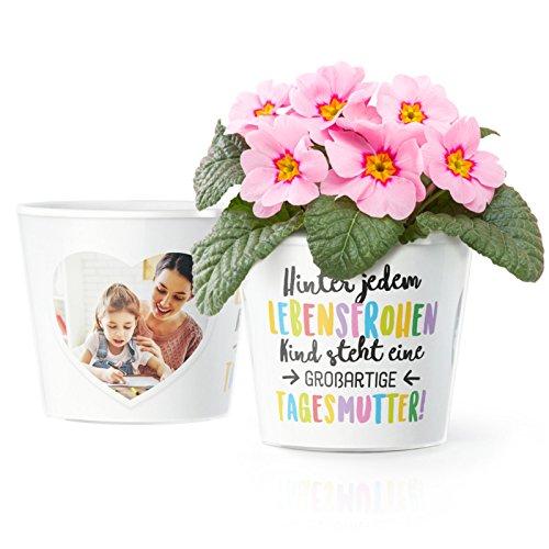 Tagesmutter Geschenk Blumentopf (ø16cm) | Zum Schulanfang, Kindergarten Abschied oder Geburtstag mit Rahmen für zwei Fotos (10x15cm) | Hinter jedem lebensfrohen Kind steht eine großartige Tagesmutter!