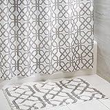 mDesign 2er-Set Duschvorhang Anti-Schimmel und rutschfeste Badematte – moderne Badgestaltung mit einzigartigem Gitter-Muster – zweiteilige Badeinrichung – weiß/grau