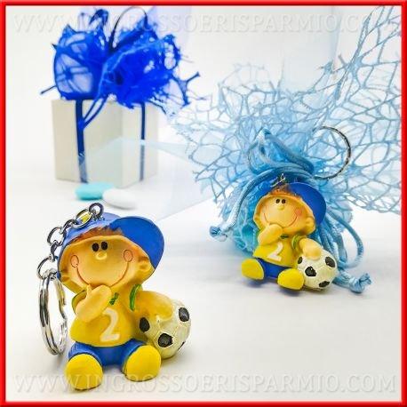 Ingrosso e risparmio bomboniere ciondolo portachiavi in resina colorata a forma di bambino in divisa con pallone da calcio (kit 12 pz + confezione)