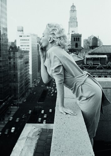 Postkarte A6 +++ SCHWARZ-WEISS von modern times +++ MARILYN ON THE ROOF +++ BK.EDITION © Michahel Ochs Archives / getty images