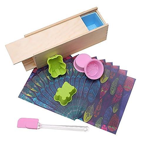 TOPQSC Moules de Savon DIY en Silicone Rectangulaire Double Enveloppe avec Motif Rose-Moule + Boîte en Bois/+ 2 Moules Rondes en Silicone en Trèfle à Quatre Feuilles, 2 Moules en Silicone en Petit Ours, et une Spatule Silicone, 20pcs d'Emballage Papiers Huilé Colorée Cadeau pour les Amis(C)