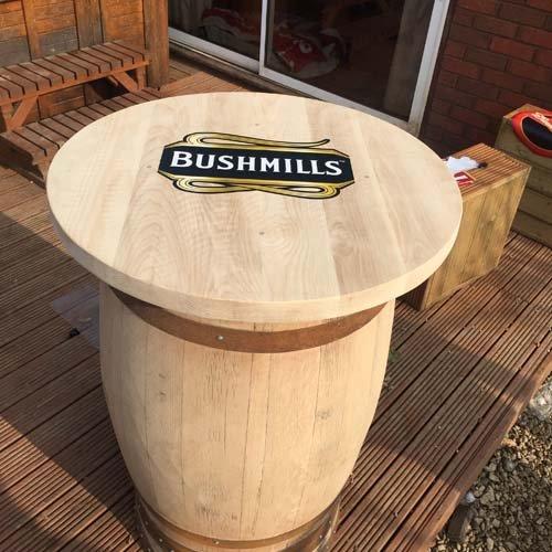 in-solido-legno-di-quercia-con-whisky-riciclata-bushmills-di-copertura-per-tavolo-da-veranda