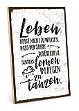 TypeStoff Holzschild mit Spruch – IM Regen TANZEN – im Vintage-Look mit Zitat als Geschenk und Dekoration zum Thema Leben, Schicksal, Geduld und Sturm (19,5 x 28,2 cm)