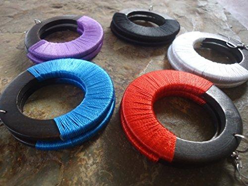 -colpire-orecchini-realizzati-in-legno-e-nastri-colorati-