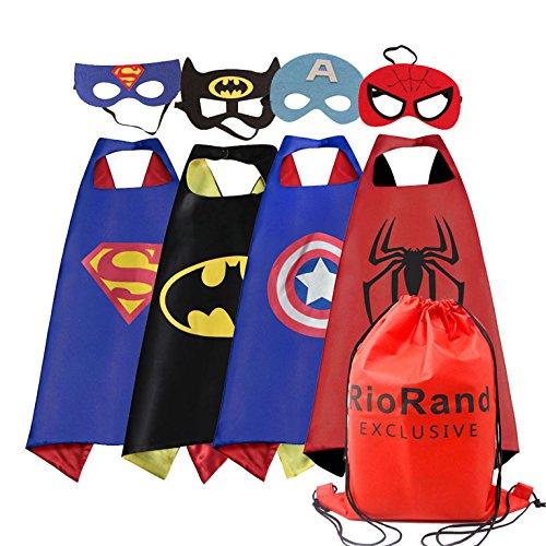(RioRand Jungen Verkleiden Heldenparty Kostüm Packung mit 4 Satin Capes mit Filzmasken und einer exklusiven Tasche)