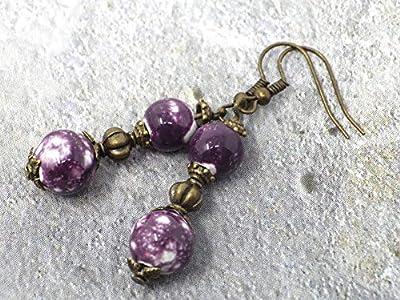 Boucles d'oreilles avec perles fines en porcelaine violette, coupelles, perle tibétaine et crochet french couleur bronze.