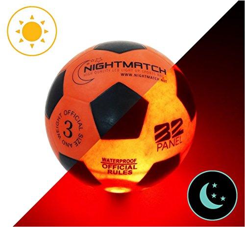 Balón de Fútbol NightMatch que se Ilumina incl. Bomba de balón - LED Interior se enciende cuando se patea – Brilla en la Oscuridad - Tamaño 3 - Tamaño y Peso Oficial - Alta calidad - Naranja/Negro – Balón de Futbol de Juguete que Brilla en la Oscuridad