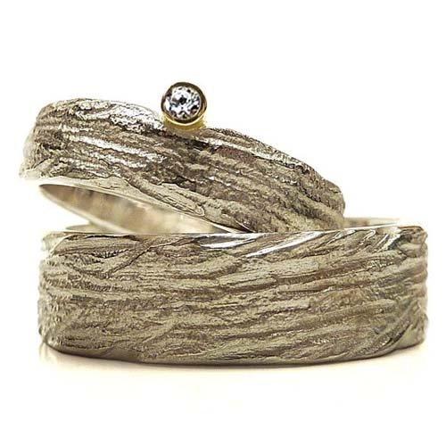 Einzigartige Trauringe in Silber mit Diamant in Goldfassung, individuell strukturiert - handgefertigt by SILVERLOUNGE (Preiswerte Diamant-ringe)