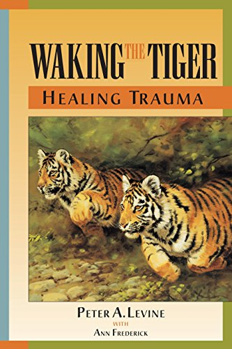 Waking The Tiger: Healing Trauma - The Innate Capacity to Transform Overwhelming Experiences por Peter A. Levine
