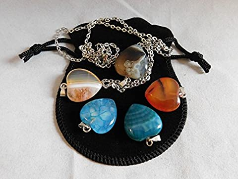 Britain-E-Spheres Crystal - 5 x Cut and Polished 22mm x 20mm x 8mm Agate Onyx Quartz Chalcedony Heart Pendants Charms Gift Set (Comprising Black / Black Banded, Orange Banded, Red Carnelian, Light Blue Dragon Skin and Green Dragon Skin) in a Black Velveteen Protective Pouch Bag plus a 20-inch Steel Lobster Claw Chain Necklace Healing Reiki Valentines Bracelet Jewelry Accessory