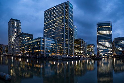 Panoramic Images - View of Canary Wharf at night from South Dock London England Kunstdruck (60,96 x 91,44 cm)