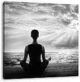 Frau meditiert bei Sonnenaufgang am Strand Kunst B&W, Format: 60x60 auf Leinwand, XXL riesige Bilder fertig gerahmt mit Keilrahmen, Kunstdruck auf Wandbild mit Rahmen, günstiger als Gemälde oder Ölbild, kein Poster oder Plakat