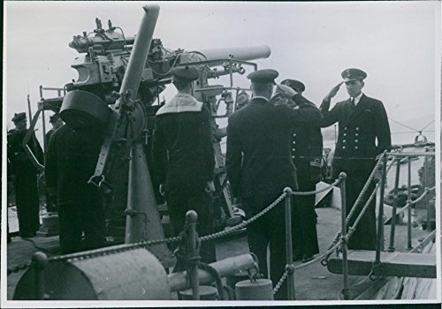 Vintage photo of marine soldato Saluting mentre looking at each other in nave durante la guerra in