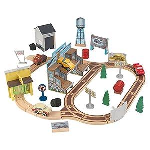 KidKraft 18015 Disney® Pixar Cars 3 Circuito de madera Thomasville con 53 piezas de juego incluidas