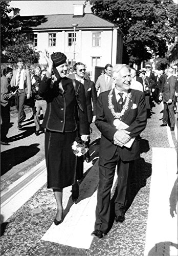 vintage-photo-of-queen-margrethe-at-the-state-visit-in-sweden-waving-outside-uppsala-university-acco