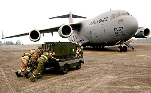 Stocktrek Images - Airmen Push a Diesel Generator in Place After The C-17 Globemaster III Lands Kunstdruck (43,18 x 27,94 cm) - Diesel-generatoren