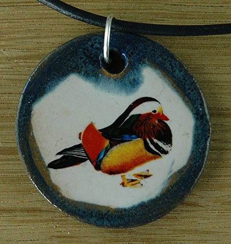Echtes Kunsthandwerk: Hübscher Keramik Anhänger mit einer Mandarinente; Enterich, Erpel Federvieh, Vogel, gefiederter Freund, Aix, Ostasien