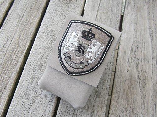 zigbaxx Zigarettenetui LIONCEL Zigarettenhülle für Zigarettenschachtel 20 Zigaretten/ Täschchen aus Nubuk-Leder mit gesticktem Wappen, sand-beige / stein-grau / taupe-braun (Stein Gestickt)