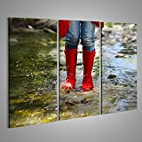 Tableau Tableaux sur toile Enfant avec des bottes de pluie rouge saute dans une rivière de montagne. gros plan vue Grand Format - XXL - Images Impression Image - Motif moderne - Décoration - Photo GAS