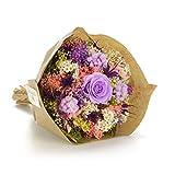 Ramo inspirado en las características y colores del jardín a través de un nido hecho a mano con hierbas naturales. En movimiento por sus colores y formas, pero al mismo tiempo con una apariencia compacta. La rosa estabilizada se encuentra en ...
